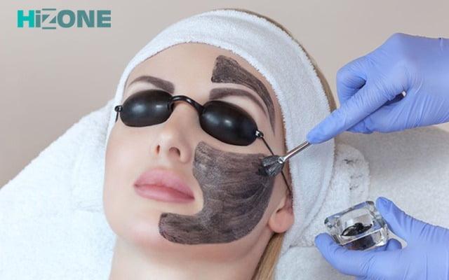 تخت پزشکی یک زن دستهای پزشک در حال پیلینگ پوست لیزری