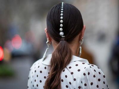یک زن با موی دم اسبی