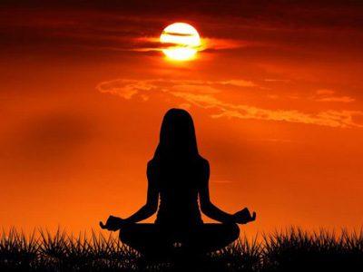 غروب خورشید یک زن در حال انجام یوگا